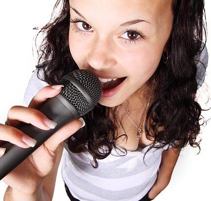 Ottieni la celebrazione iniziata con un noleggio di macchine per karaoke