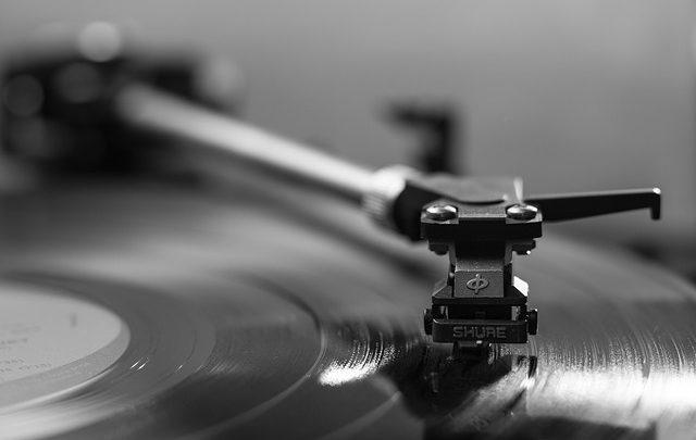 Le tendenze avanzano e si precipitano, tuttavia le registrazioni in vinile sembrano discontinuità nei cuori dei fan della musica